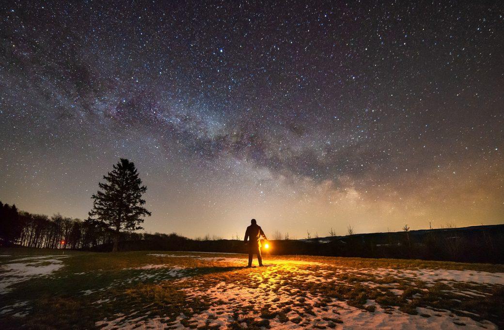 Regard sur le ciel étoilé
